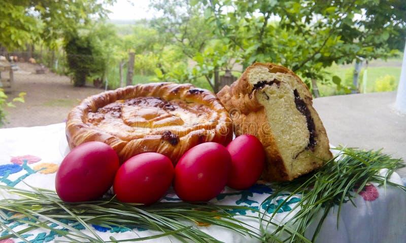Traditionelles rumänisches pasca, süßes Brot und Ostereier stockfotografie