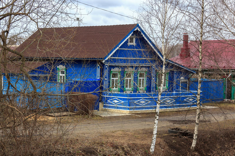 Traditionelles russisches Dorfhaus in Yuryev-Polsky lizenzfreies stockfoto