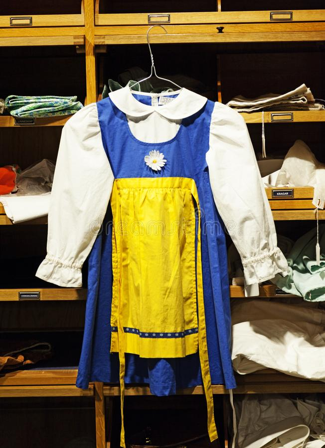 Traditionelles Schweden-Kostüm, damit ein Kind am Hochsommerabend verwendet lizenzfreie stockfotos