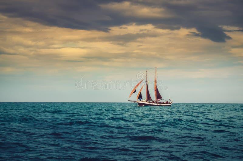 Traditionelles Segelschiff im Ozean, drastische Art stockfoto