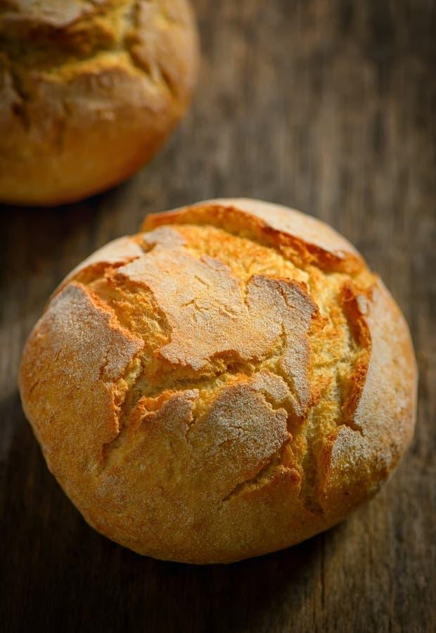 Traditionelles selbst gemachtes rundes Brot lizenzfreies stockfoto