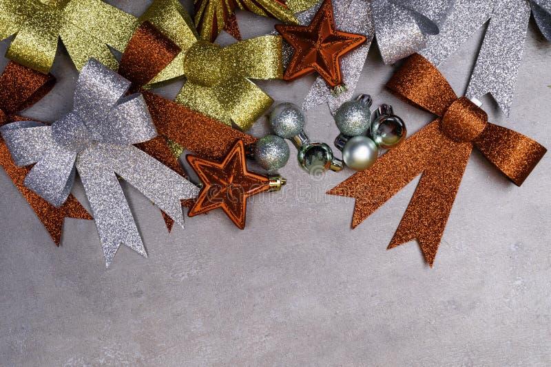 Traditionelles Silber, Gold und rote Weihnachtsdekorationssammlung auf grauem Hintergrund Weihnachtsgrußkarte für das festliche M lizenzfreies stockbild