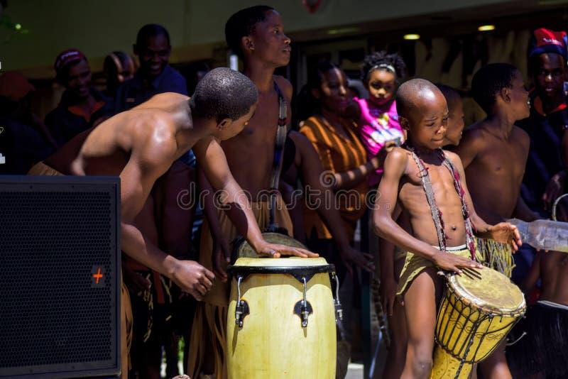 Traditionelles Tänzer-Tanzen Botswanas öffentlich stockbilder