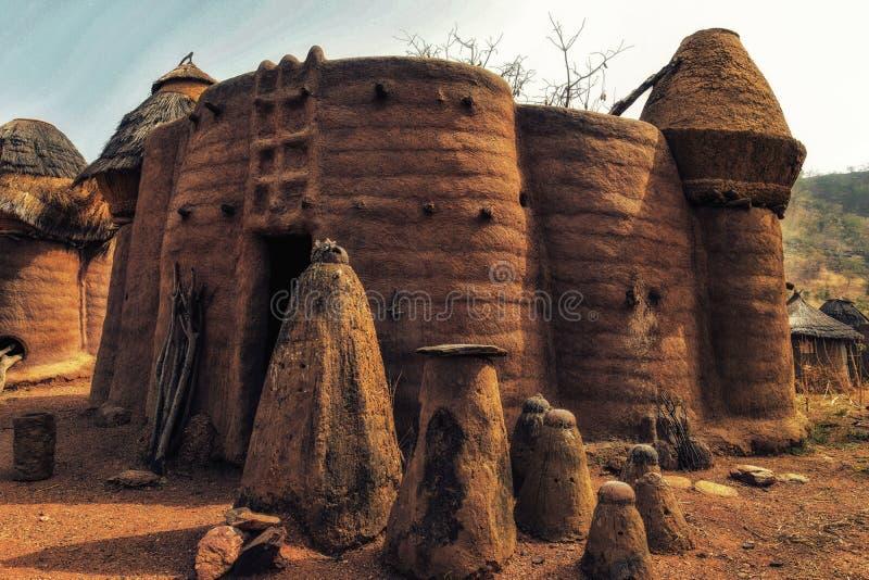 traditionelles Tata-somba Haus mit Strohdächern und Getreidespeichern lizenzfreie stockbilder
