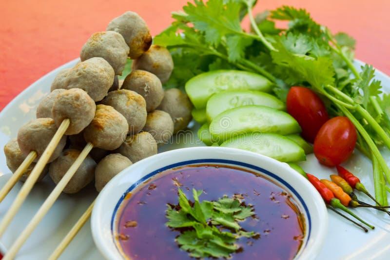 Traditionelles thailändisches Lebensmittel, gegrillte Schweinefleischfleischklöschen mit süßer Chili-Sauce lizenzfreie stockfotografie