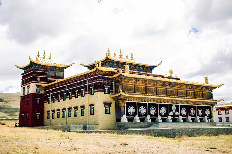 Traditionelles tibetanisches Kloster durch Tagong-Wiese in China lizenzfreie stockfotografie
