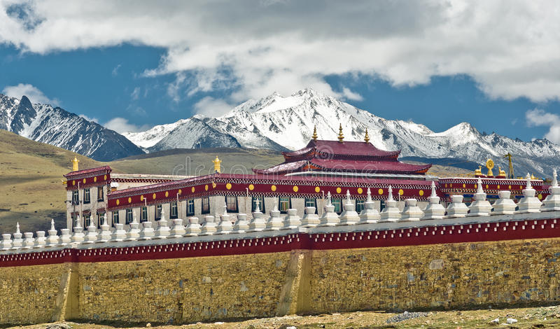 Traditionelles tibetanisches Kloster durch Tagong-Wiese in China stockfotografie