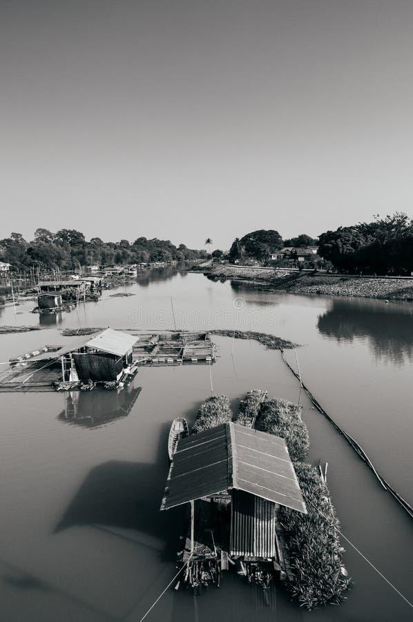 Traditionelles vinatge lokales sich hin- und herbewegendes Haus oder Flosshaus im Fluss, stockbilder