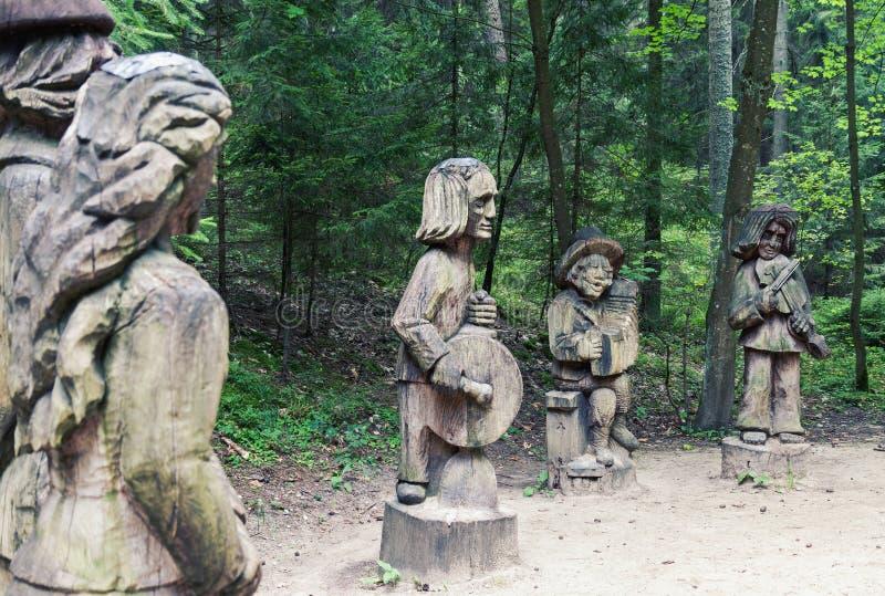 Traditionelles Volksholz, das Kunstskulpturen in Litauen schnitzt lizenzfreie stockfotografie