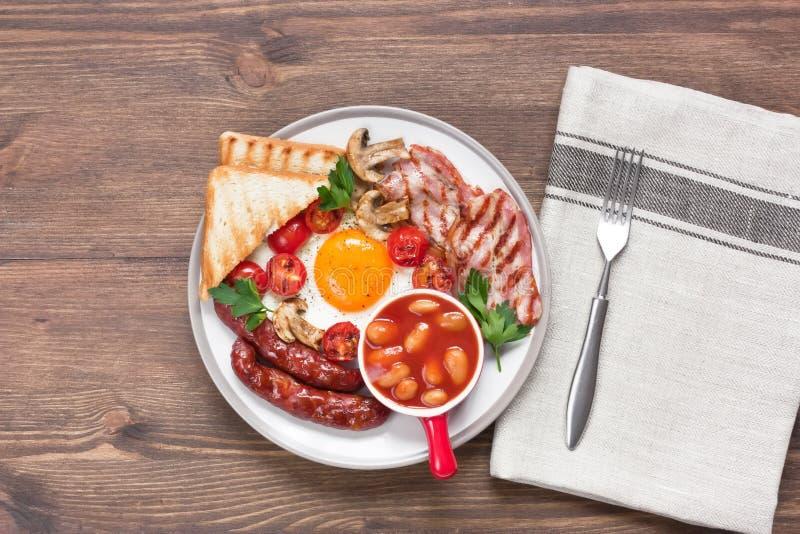 Traditionelles volles englisches Frühstück in der rustikalen Art lizenzfreie stockfotos