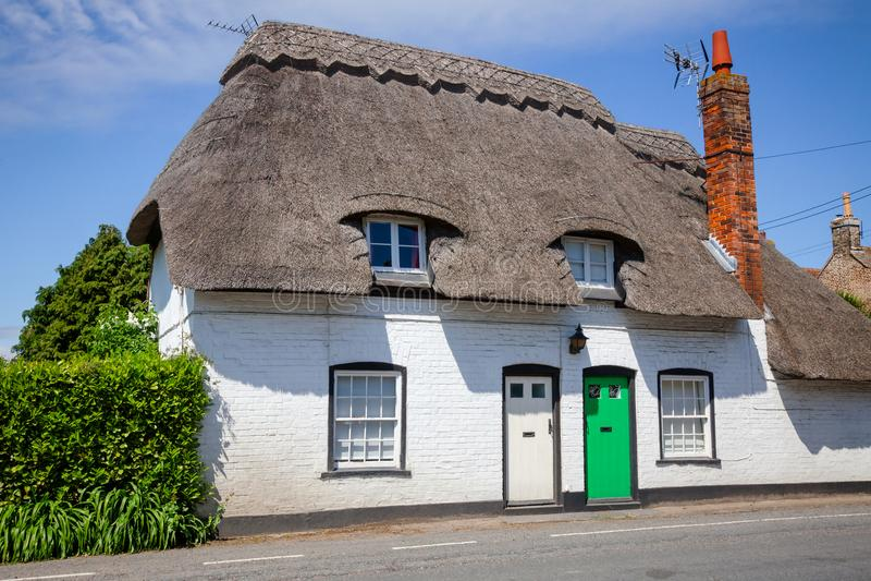 Traditionelles weißes englisches mit Stroh gedecktes Haus in Süd-England Großbritannien stockfotos