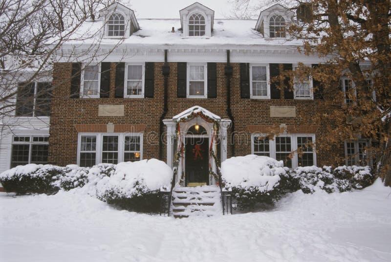 Traditionelles zweistöckiges Haus am Weihnachten, St. Louis, MO lizenzfreie stockfotografie