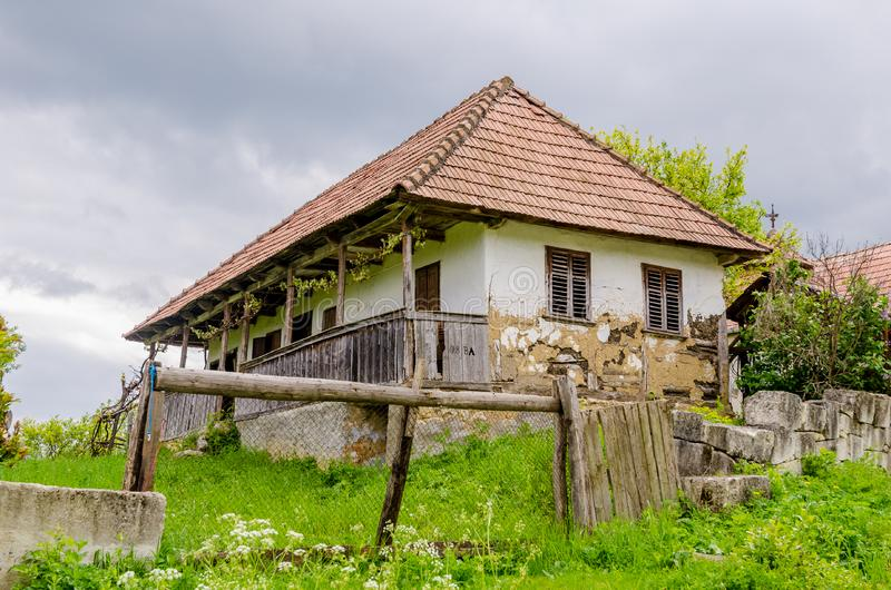 Traditionellt övergett transylvanian Adobehus royaltyfria foton
