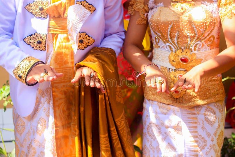 Traditionellt Balinesebröllop, ritual med mynt, Bali, Indonesien arkivbild