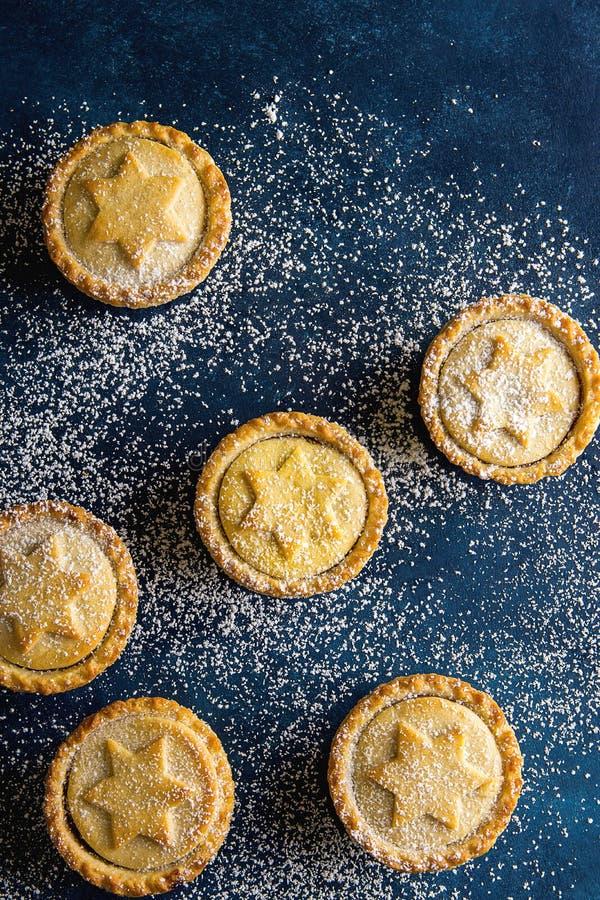Traditionellt brittiskt pajer för färs för julbakelse hem bakade med tokig fyllning för Apple russin spridd på is Sugar Dusted arkivbild