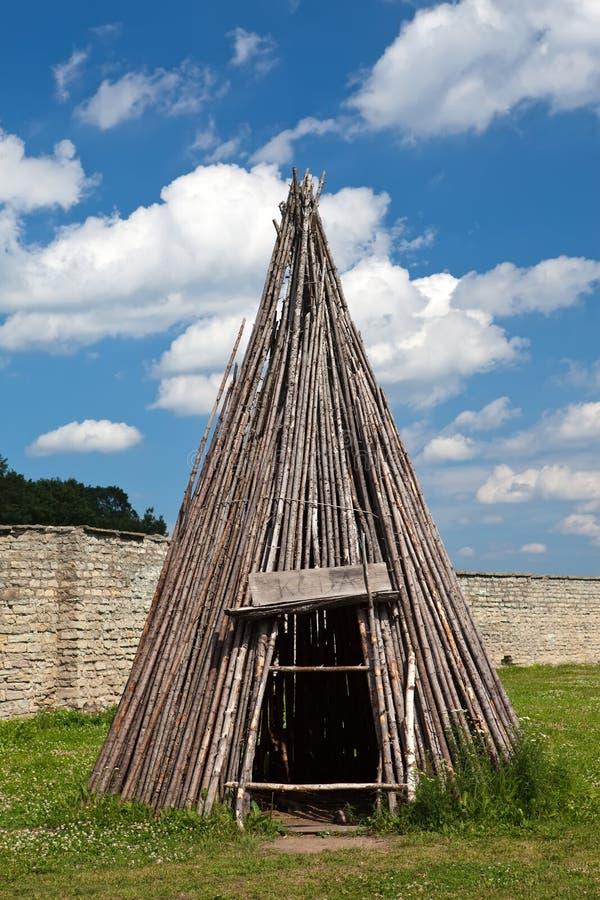 Traditionellt estländskt tält - koda-i den Narva citadellen, Estland royaltyfri bild
