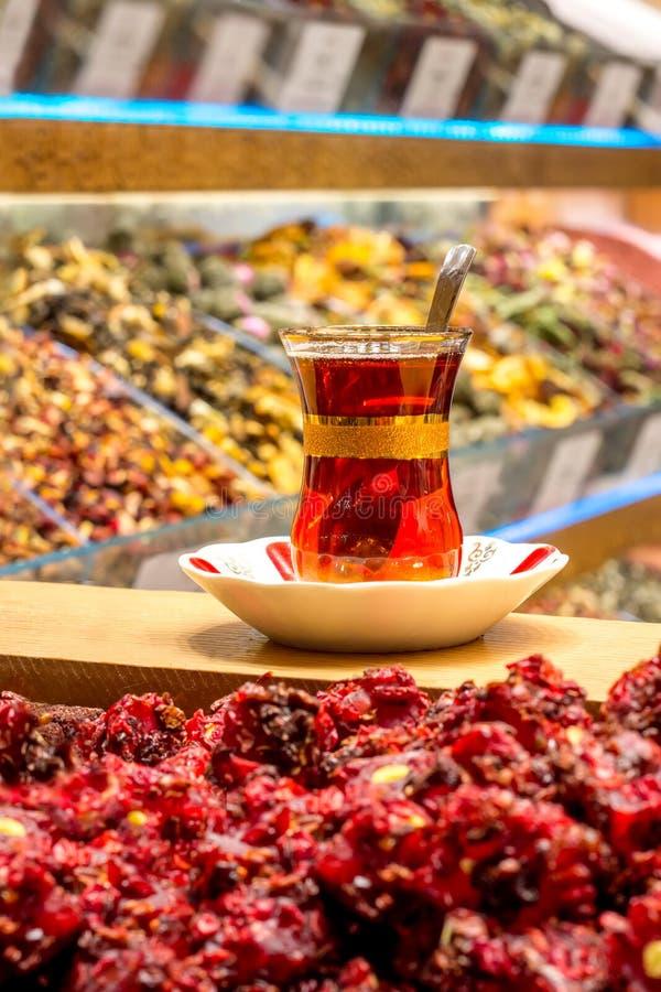 Traditionellt exponeringsglas av turkiskt te på basaren royaltyfria bilder