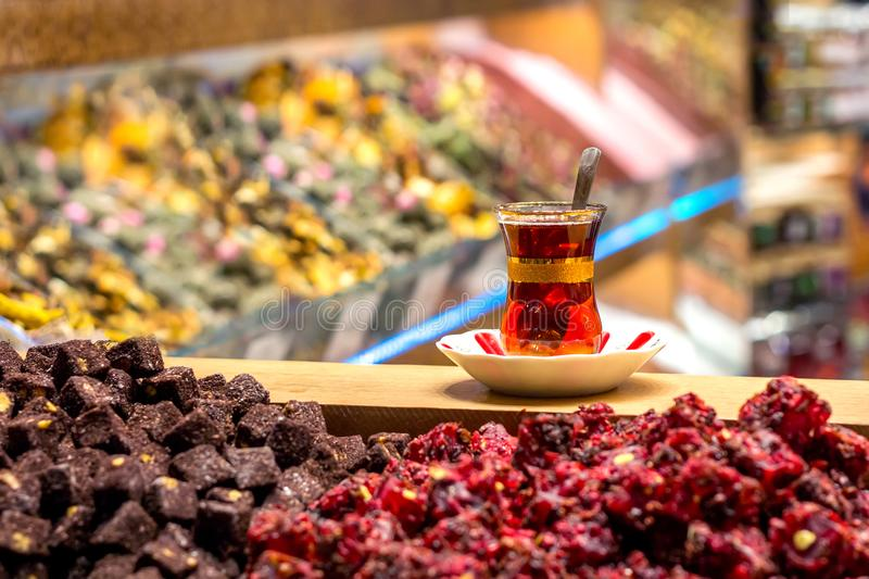 Traditionellt exponeringsglas av turkiskt te på basaren royaltyfri fotografi