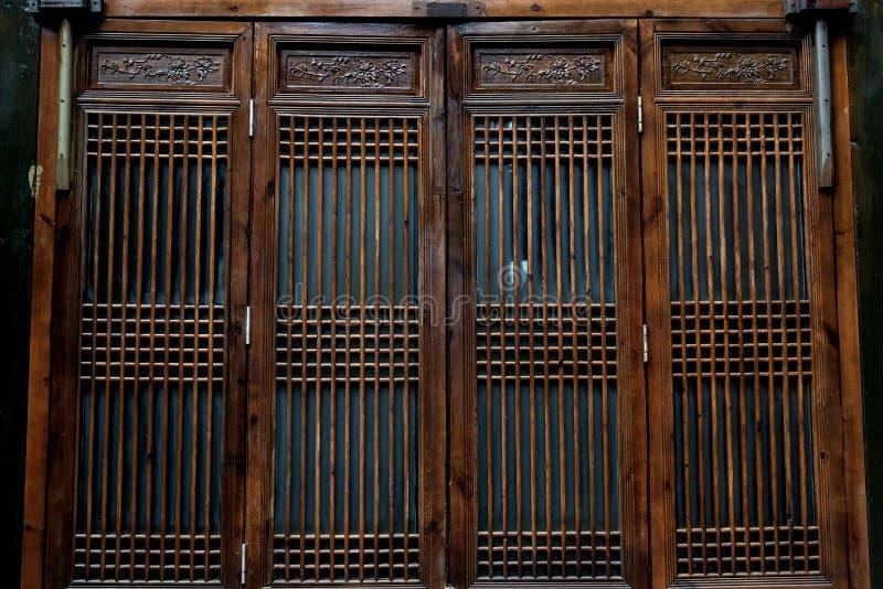 Traditionellt fönster för kinesisk stil i en trädgård royaltyfria foton