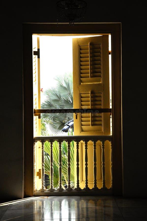 Traditionellt fönster på Sultan Abu Bakar State Mosque i Johor Bharu, Malaysia royaltyfri fotografi