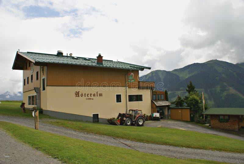 Traditionellt feriehus i de österrikiska fjällängbergen arkivbilder