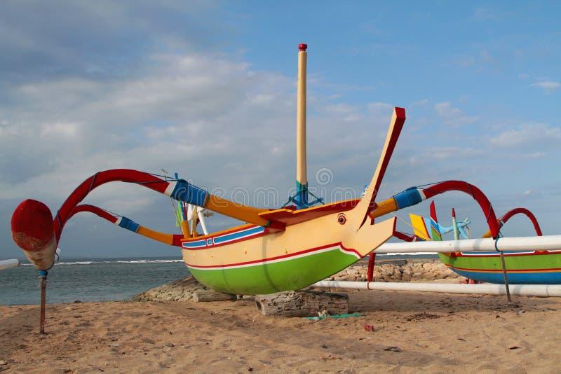 Traditionellt fishiing fartyg på stranden av Sanur royaltyfria bilder