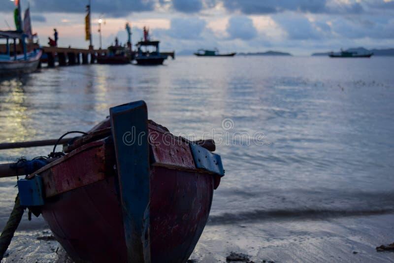 Traditionellt fiska träfartyg nära pahawangön Bandar Lampung Indonesien royaltyfri foto