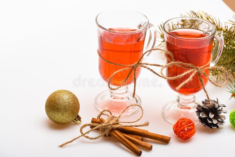 Traditionellt funderat vin med kryddor nära granfilial Funderat vin eller varma kanelbruna pinnar för dryck och Vinterdrink arkivfoton