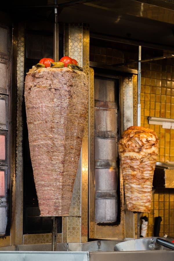 Traditionellt galler för turkDoner kebab royaltyfri foto