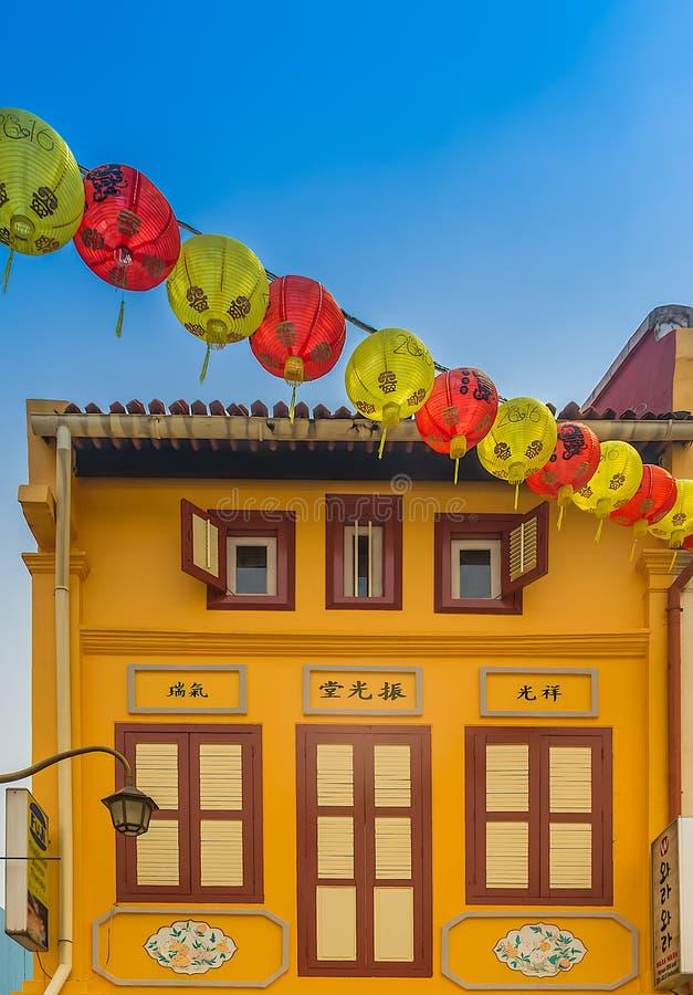 Traditionellt gult kineskvarterhus i Singapore royaltyfri foto