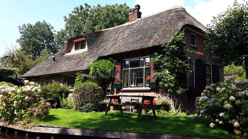 Traditionellt holländskt hus i Giethoorn, Nederländerna fotografering för bildbyråer