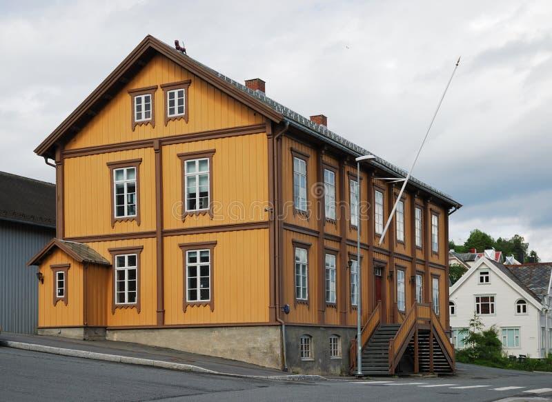 Traditionellt hus i den moderna gatan av Tromso. royaltyfri bild