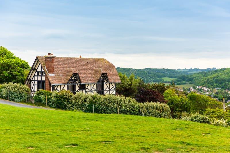 Traditionellt hus i Etretat, Normandie, Frankrike royaltyfria bilder