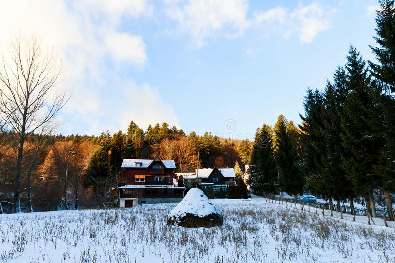 Traditionellt hus med snö och borggård i Sinaia royaltyfria bilder