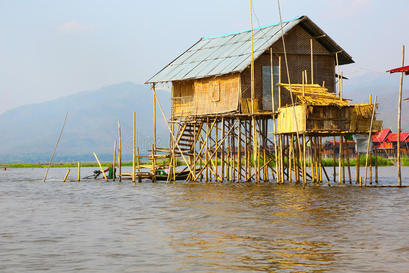 Traditionellt hus på styltor av sjön Inle, Myanmar royaltyfri bild