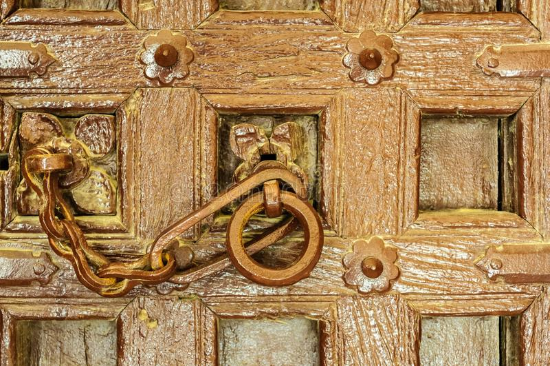 Traditionellt indiskt guld- fort för dörrknackare av Jaisalmer, Rajast royaltyfria bilder