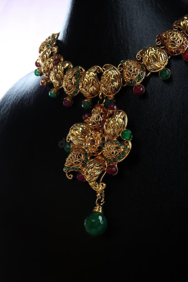 traditionellt indiskt halsband för guld royaltyfria bilder