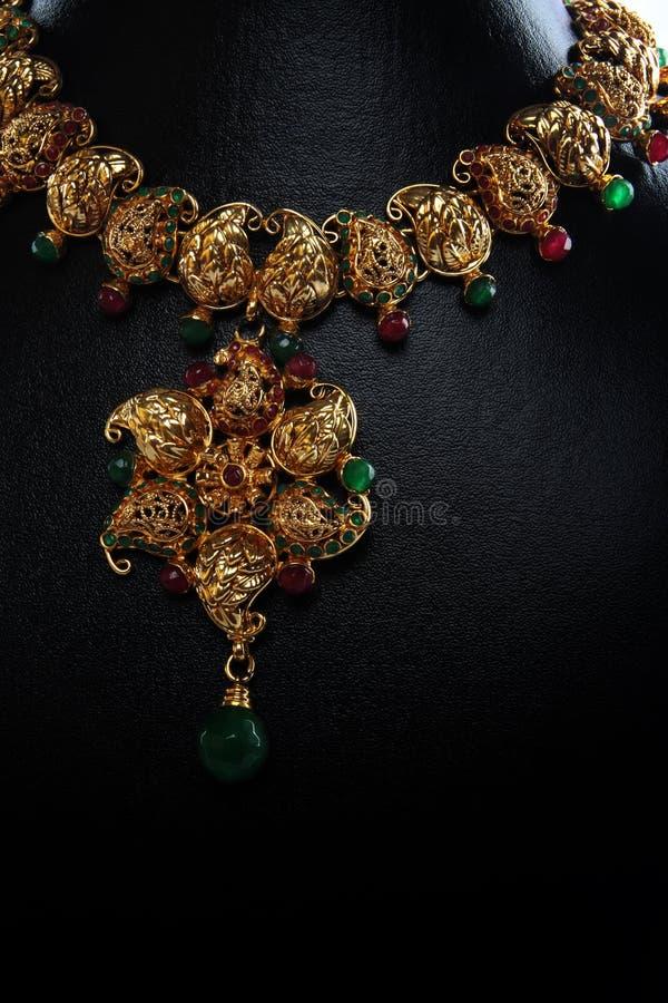 traditionellt indiskt halsband för guld arkivfoto