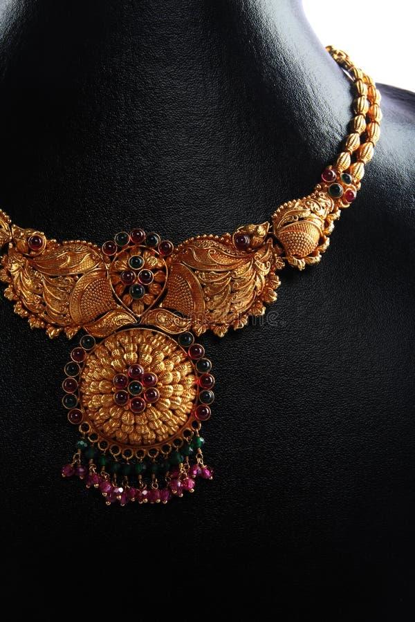 traditionellt indiskt halsband för guld arkivfoton