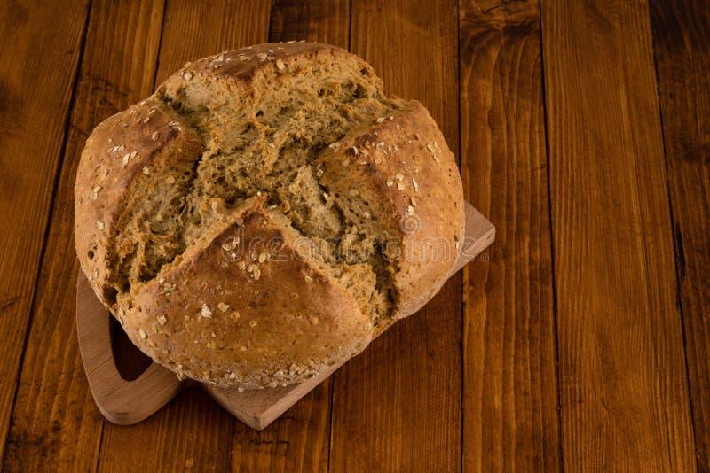 Traditionellt irländskt sodavattenbröd som gjordes för dag för St Patrick ` s, bakelseborste och olja, tjänade som på trätabellen royaltyfria foton