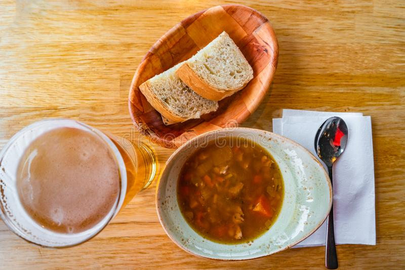 Traditionellt isländskt lammgulasch, bröd och öl, sommartid, royaltyfri bild