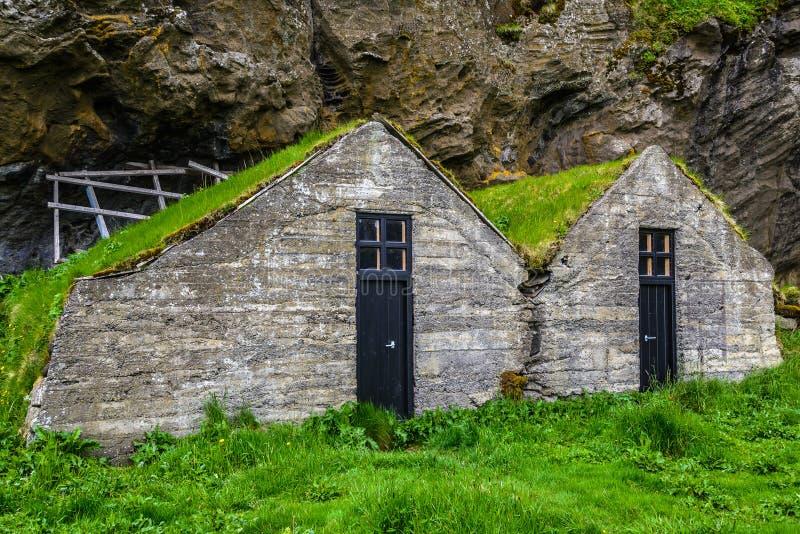 Traditionellt isländskt torvahus (med grästaket) arkivbilder