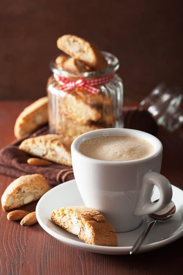 Traditionellt italienskt cantuccinikakor och kaffe arkivfoto