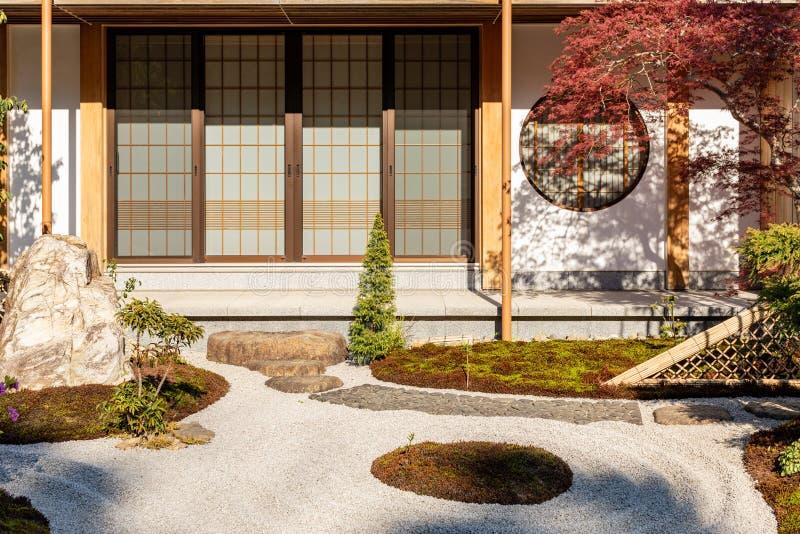 Traditionellt japanskt hus med en pittoresk tr?dg?rd royaltyfri fotografi