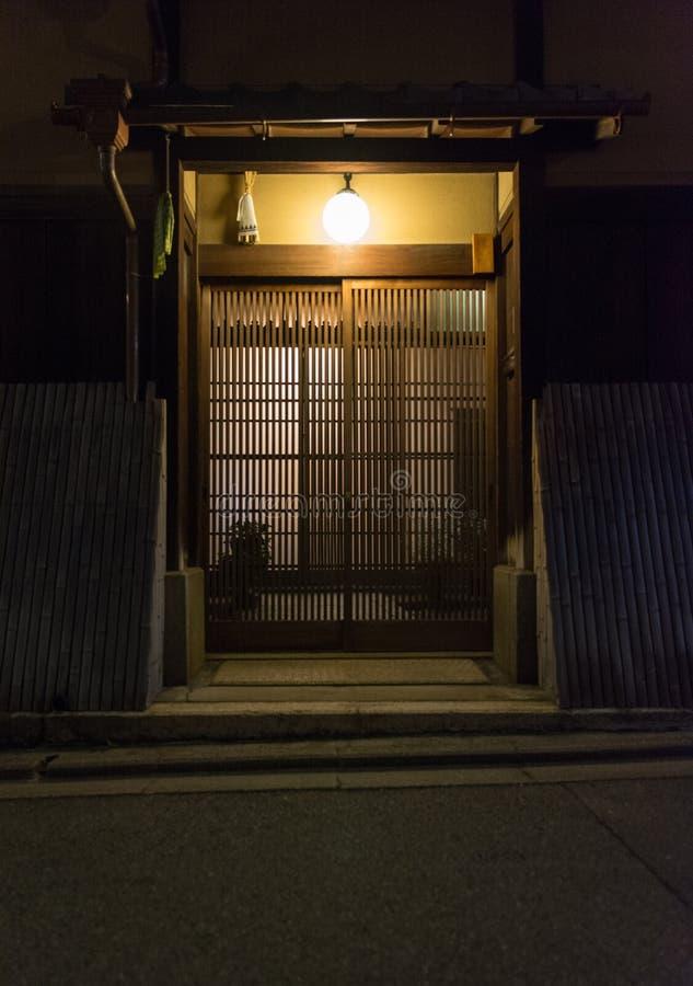 Traditionellt japanskt hus som göras från trä, ingångsdörr arkivfoton
