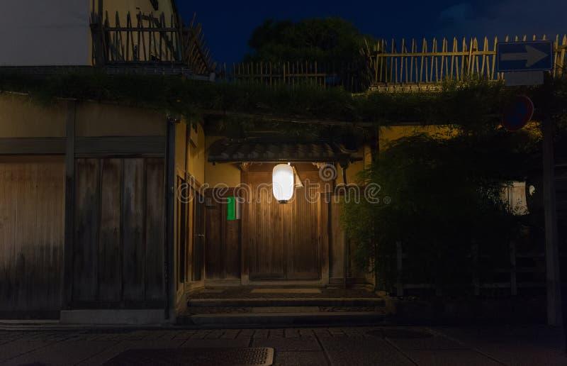 Traditionellt japanskt hus som göras från trä, ingångsdörr arkivbild