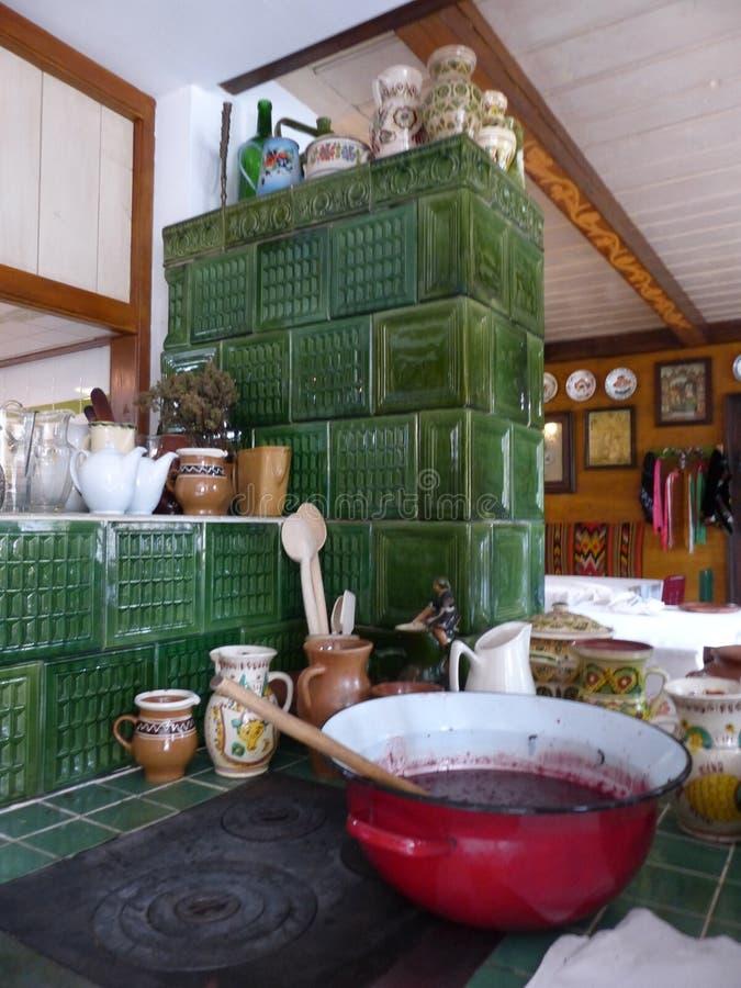 Traditionellt kök av ett hus i Rumänien arkivfoto