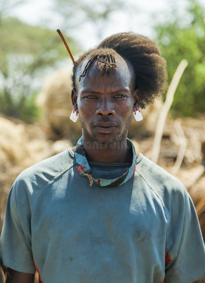 Traditionellt klädd man från den Tsemay stammen Omo dal ethiopia royaltyfria bilder