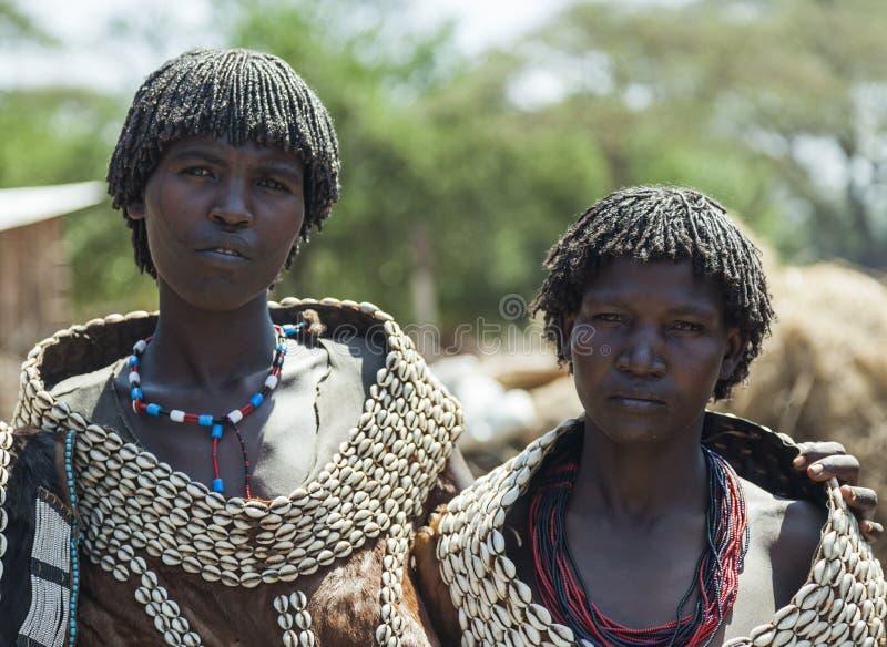 Traditionellt klädde kvinnor från den Tsemay stammen Weita Omo dal ethiopia fotografering för bildbyråer