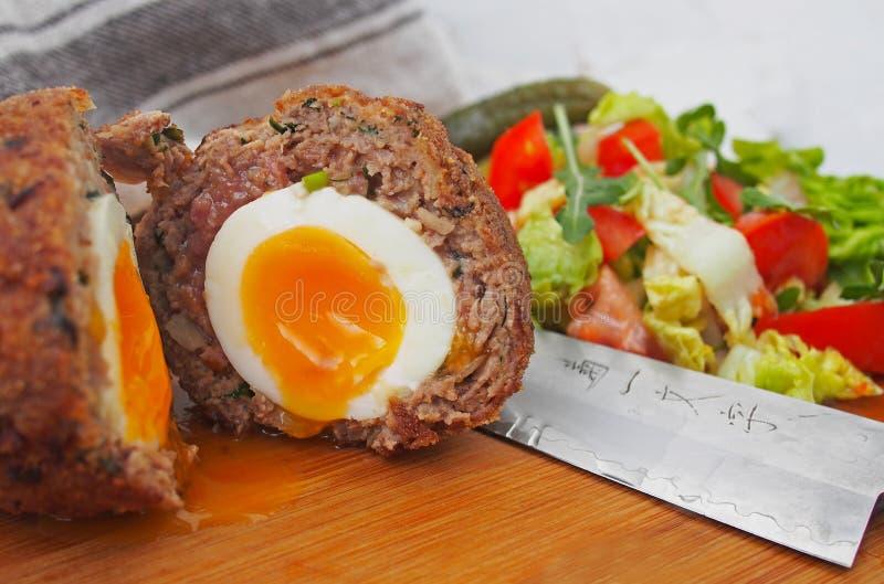 Traditionellt kväva ägg på en träplatta scotch ägg royaltyfri bild
